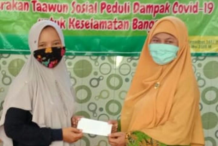 Bingkisan Milad Aisyiyah untuk guru AUM diberikan oleh Pimpinan Cabang Aisyiyah (PCA) Tanggul Jember pada Selasa (19/5/2020).