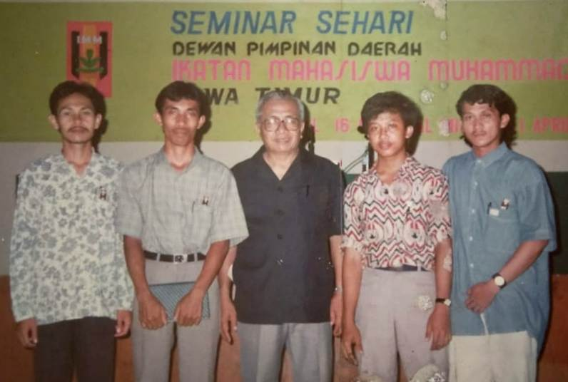 Bersama Djazman Al Kindi, tengah, di acara Musyda DPD IMM Jatim tahun 1993 di Asrama Haji Sukolilo Surabaya. (Dokumentasi Qosdus Sabili)