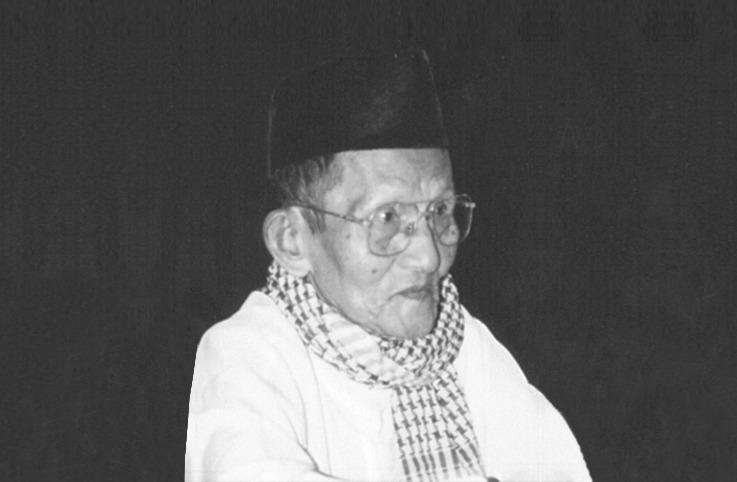 """Isngadi, Pernah Kesandung Tulisan soal Bung Karno. Dalam tulisan itu dia mengemukakan, pidato Bung Karno hanya """"omong kosong"""", rakyat sudah bosan mendengar pidato """"gerakan hidup baru""""."""
