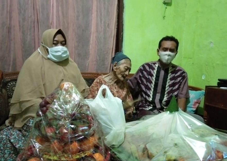 PWMU.CO - Umur 100 tahun sembuh Covid-19. Inilah yang dialami Kamtin, pasien Covid-19 tertua di Indonesia. Wanita asal Kabupaten Gresik itu kini bisa berkumpul kembali dengan anggota keluarganya.