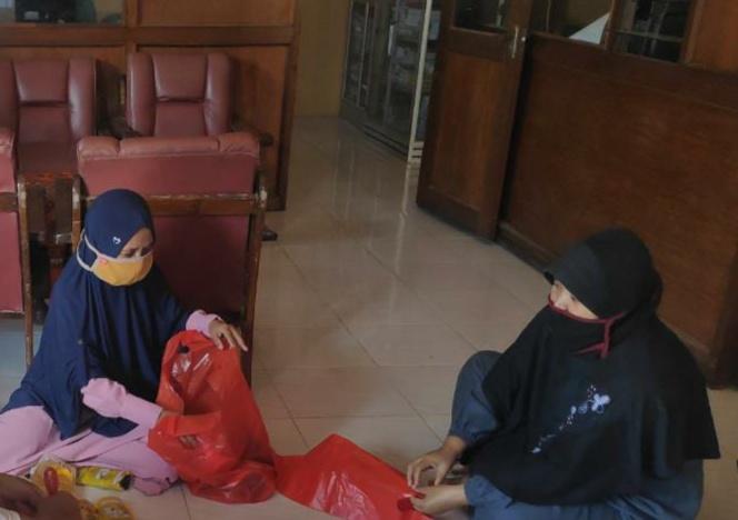 Guru MIM 01 Pondok Modern Paciran Lamongan menyiapkan paket kado Ramadhan untuk dibagikan kepada siswa maupun wali murid yang terdampak Covid-19 (Aris Syahroni/PWMU.CO)