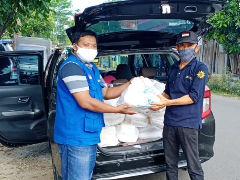 Relawan MCCC Pacitan membagikan sembako hingga ke pelosok gunung. (Isa/PWMU.CO)