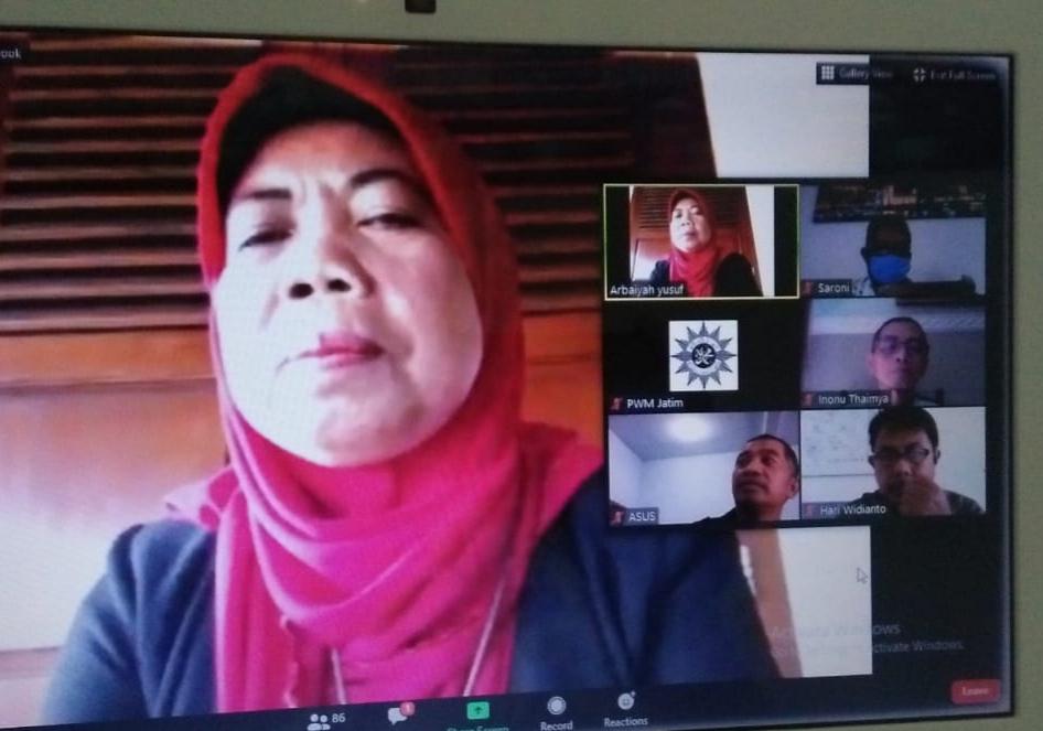 Ketua Majelis Dikdasmen PWM Jatim Arbaiyah Yusuf bicara peradaban new normal. (Anis Shofatun/PWMU.CO)
