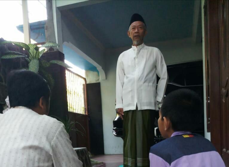 Saat para Tokoh Shalat Idul Fitri di Rumah menggambarkan beberapa anggota PWM Jatim melaksanakan shalat Idul Fitri di rumah.