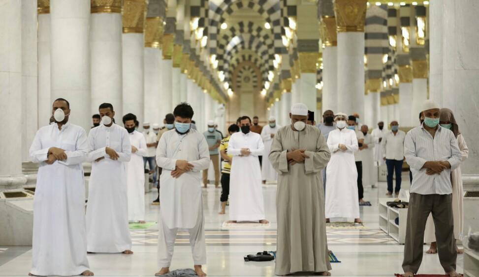 Pemeriksaan suhu tubuh jamaah sebeelum masuk masjid. (@wmngovsa)