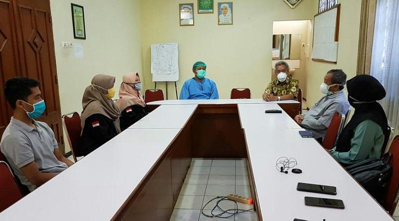 Kader IMM Komisariat Avicenna dan BEM Fakultas Kedokteran dari UM Surabaya memberikan donasi ke tenaga medis di RS Siti Khodijah, Sabtu (16/5/20).