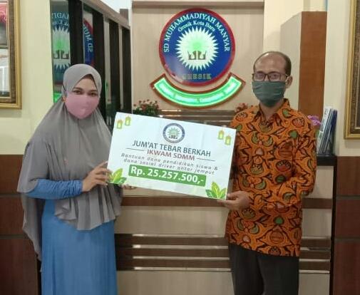 33.750.707 simpati Ikwam SDMM terkumpul di tengah pandemi Covid-19. Data tersebut diungkapkan Ketua Ikatan Wali Murid (Ikwam) SD Muhammadiyah Manyar (SDMM) Nurul Zulchah, Jumat (1/5/20).