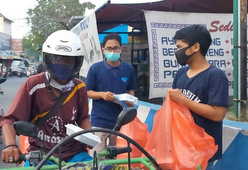 Kader madya Babat berbagi takjil dan masker ke tukang becak, buruh kasar dan musafir sepanjang jalan raya hingga Pasar Babat, Rabu (20/5/20).