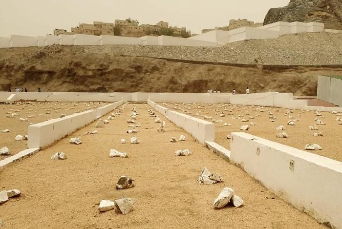 Makam syuhada di lembah Hunain. Di sini shabat anshar pernah menuduh Rasulullah tak adil membagi ghanimah.