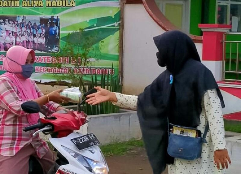 Bakti Ramadhan MCCC (Muhammadiyah Covid-19 Command Center) Asembagus bagikan 500 takjil gratis, Selasa (19/5/20).