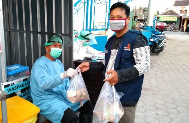 MCCC Bandung hidupkan naluri berbagi dengan membagikan 80 paket berbuka puasa kepada tenaga medis, karyawan dan penunggu pasien di RSM Bandung.