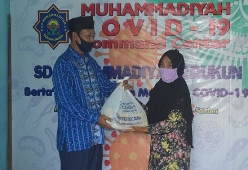 MCCC SDM 2 Dukun taawun ke warga Padangbandung yang terdampak wabah pandemi Covid-19 dengan membagikan 215 paket sembako, Selasa (5/5/20).