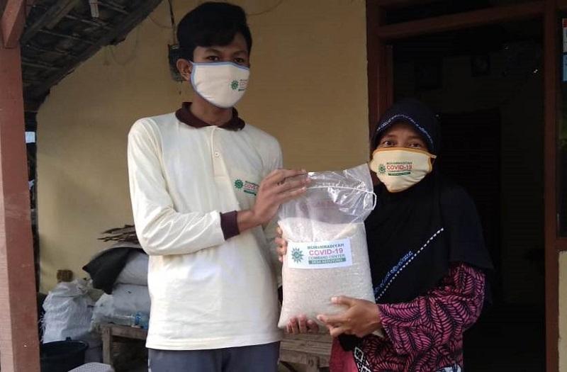 MCCC NA Keduyung  menyalurkan 72 paket  sembako kepada warga miskin terdampak Covid-19 di Desa Keduyung Laren Lamongan, Rabu (20/5/20).