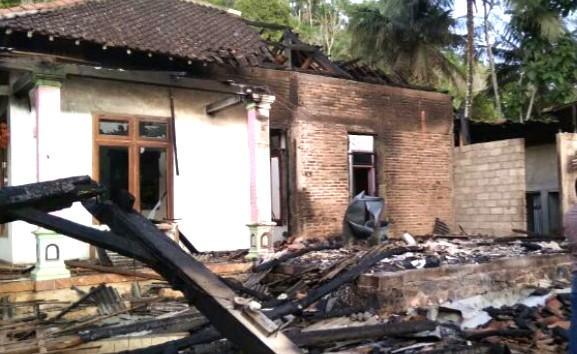 MCCC Pacitan peduli korban kebakaran. Kebakaran rumah yang menimpa keluarga Eko Wahyudi pada Senin (04/05/2020) dinihari mengundang simpati para dermawan.
