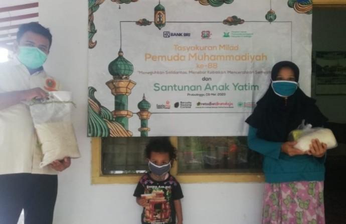 MCCC ini gandeng BRI santuni yatim. Santunan kepada 45 anak yatim dilaksanakan di Perguruan Muhammadiyah Pendil pada Jumat (8/5/2020)