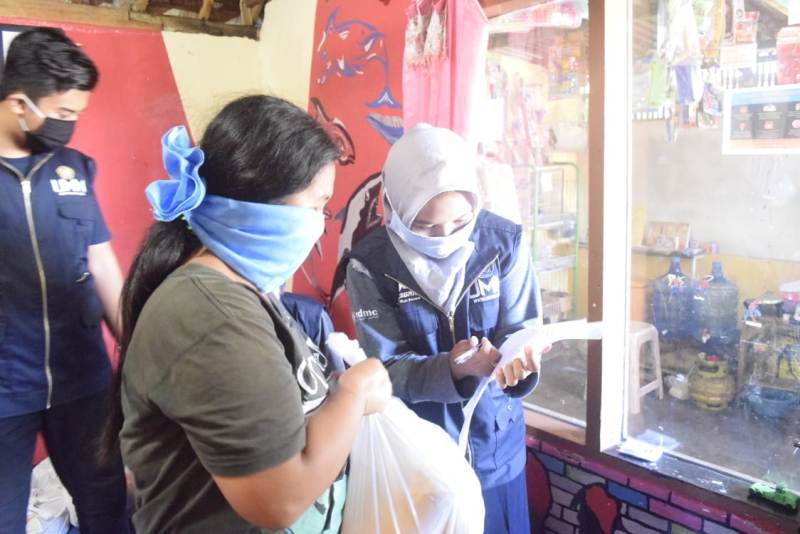 Maharesigana UMM membagikan sembako ke pekerja harian. (Maharina/PWMU.CO)
