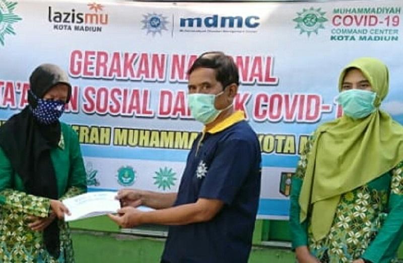 Muhammadiyah Kota Madiun melalui MCCC dan Lazismu bagikan sembako kepada Guru dan Karyawan persyarikatan di kota Madiun, Sabtu (2/5/20).