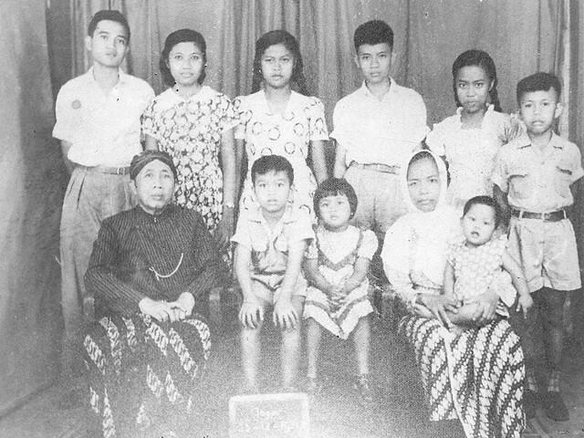 R Ngabehi Djojosoegito dan keluarganya tahun 1957.