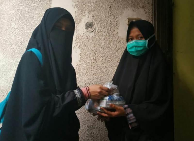 Relawan Lazismu Mesir membagikan takjil kepada mahasiswa Indonesia di Kairo. (Naufa/PWMU.CO)