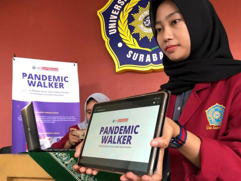 Eza Krismayanti menunjukkan penghargaan kampus untuk temuan Pandemic Walker.