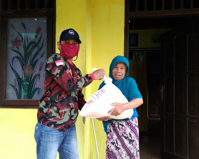 Pemuda Muhammadiyah Ranting Mojopetung membagikan beberapa paket sembako dalam kegiatan bakti sosial (baksos), Jumat (15/5/20).