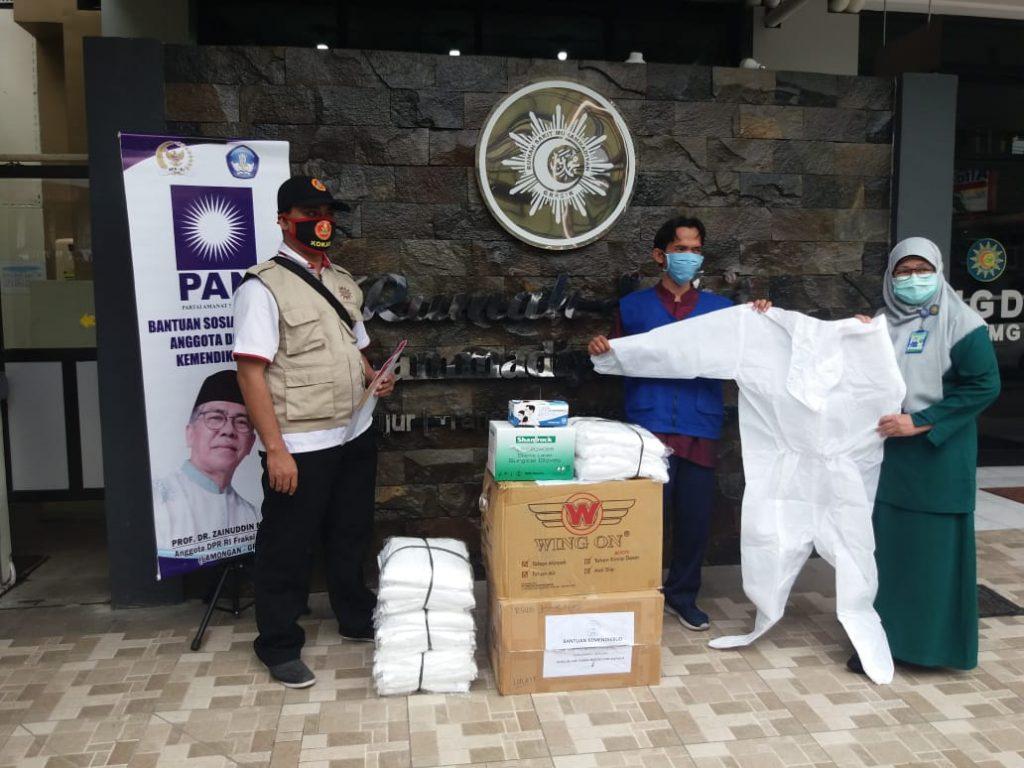 Prof Dr Zainuddin Maliki MSi menyalurkan 1000 APD ke delapan rumah sakit di Gresik dan Lamongan, Selasa (19/5/20).
