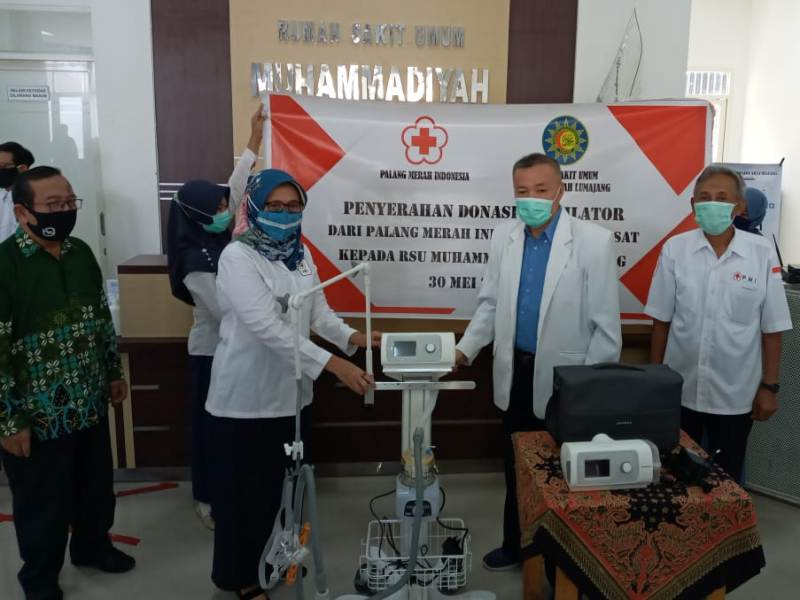 RSU Muhammadiyah Lumajang menerima dua ventilator yang diserahkan Wabup Ir Indah Amperawati.