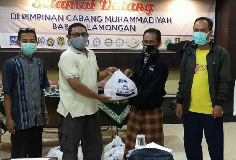 Pelatih SSB HW dan tim teknis mendapat paket hadiah Ramadhan dari Lazismu Pimpinan Cabang Muhammadiyah (PCM) Babat, Jumat (22/5/20).