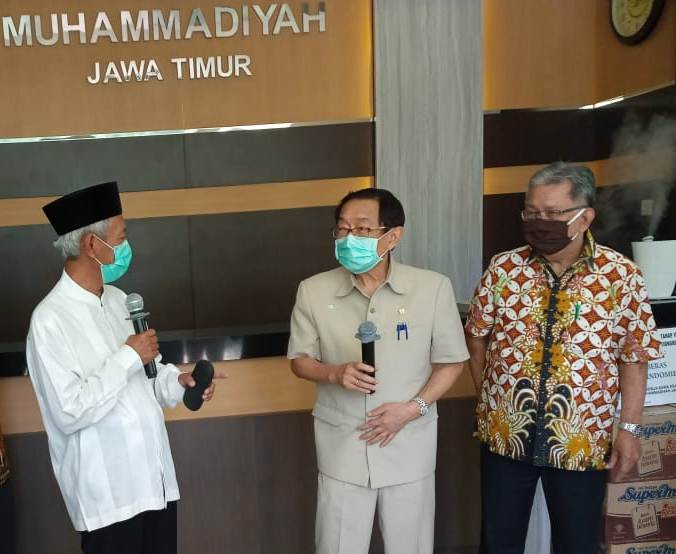 Dari kiri Ketua PWM Jatim Saad Ibrahim, Ketua PMTS Alim Markus, dan Liem Ou Yen.