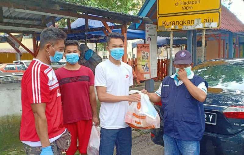 PCIM Malaysia mengadakan kajian online dan pembagian sembako kepada pekerja migran. (Sonny/PWMU.CO)