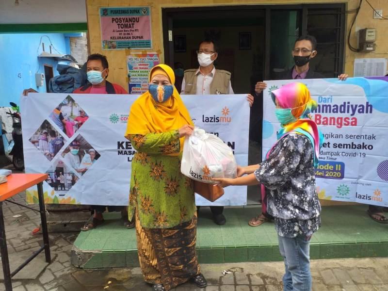 Ketua PWA Jatim Siti Dalilah Candrawati membuka Baksos 50.000 sembako serempak se Jatim di kampung Lasem Baru Surabaya. (Zainul Muslimin/PWMU.CO)