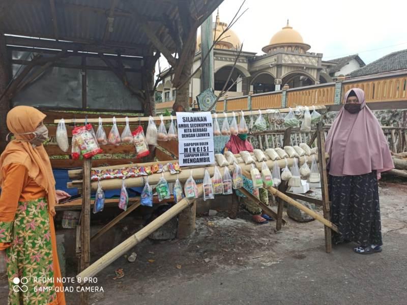 Stan gratis di depan Masjid Mujahidin Kota Batu untuk warga dhuafa. (Fajrin/PWMU.CO)
