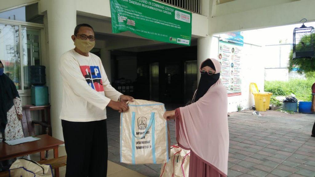 MCCC Gresik salurkan sembako sampai ke Bawean. Paket tersebut diterima guru TPQ Badan Usaha Amal Nasyiatul Aisyiyah (BUANA) Sangkapura, Bawean, Jumat (1/5/20).