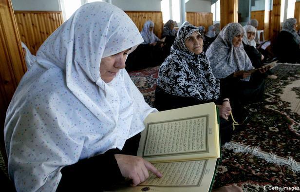 Muslimah Trakia Barat membaca al-Quran di Masjid Komotini.