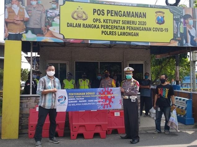 Aksi mahasiswa UMG dan IKA Politeknik Perkapalan Negeri Surabaya Korwil Paciran di zona merah dengan memberikan donasi dan edukasi warga tentang pencegahan covid-19, Ahad (3/5/20).