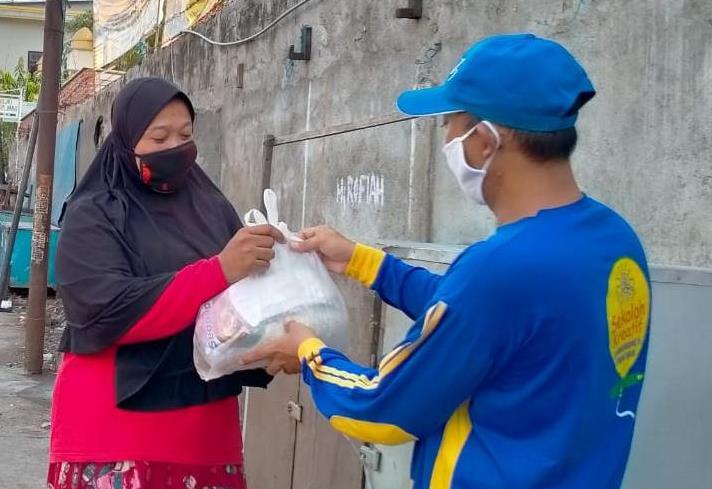 Baksos MCCC Krembangan digelar lagi kesekian kali. Bersama LPPM UM Surabaya, kali ini bantuan diberikan pada warga terdampak Covid-19, Kamis (30/4/20).
