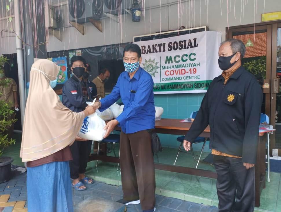 MCCC Sidoarjo Muhida bagi sembako 200 paket pada warga sekitar. Kegiatan bakti sosial tersebut berlangsung Sabtu (2/5/20).