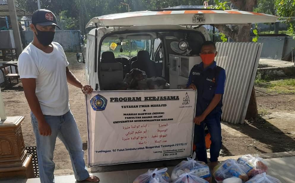 MCCC Malang beri paket bantuan 5 RT di Desa Turirejo, Lawang, Kabupaten Malang. Banyak pihak dilibatkan dalam pembagian yang berlangsung Sabtu (9/5/20).