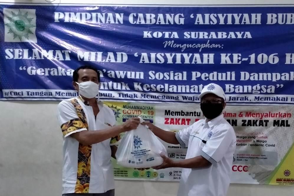 Aksi berbagi-edukasi Aisyiyah Bubutan untuk warga termpak Covid-19. Kegiatan dalam rangkaian Milad Aisyiyah ke-106 H/103 M digelar Selasa (19/5/20).