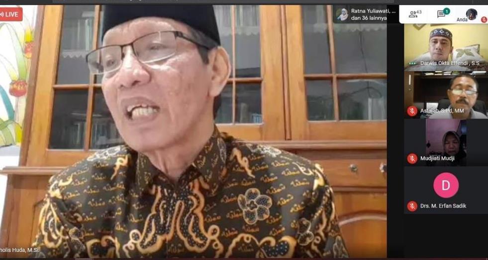 Kajian Ramadhan cinta Smamda menghadirkan Nur Cholis Huda MSi. Penulis buku Di Hatiku Ada Kamu itu bertausyiah secara online, Selasa (19/5/20).