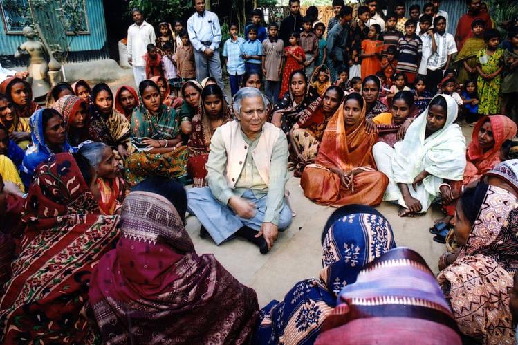 Muhammad Yunus dengan nasabahnya. Membangkitkan ghirah Islam mengentas warga dhuafa.