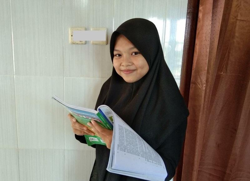 Anak TKI Eka Yuliatin Nazirah siswa MTs Muhammadiyah 5 Daun Sangkapura Bawean Gresik meraih prestasi terbaik pelaksanaan UAMBNBK.