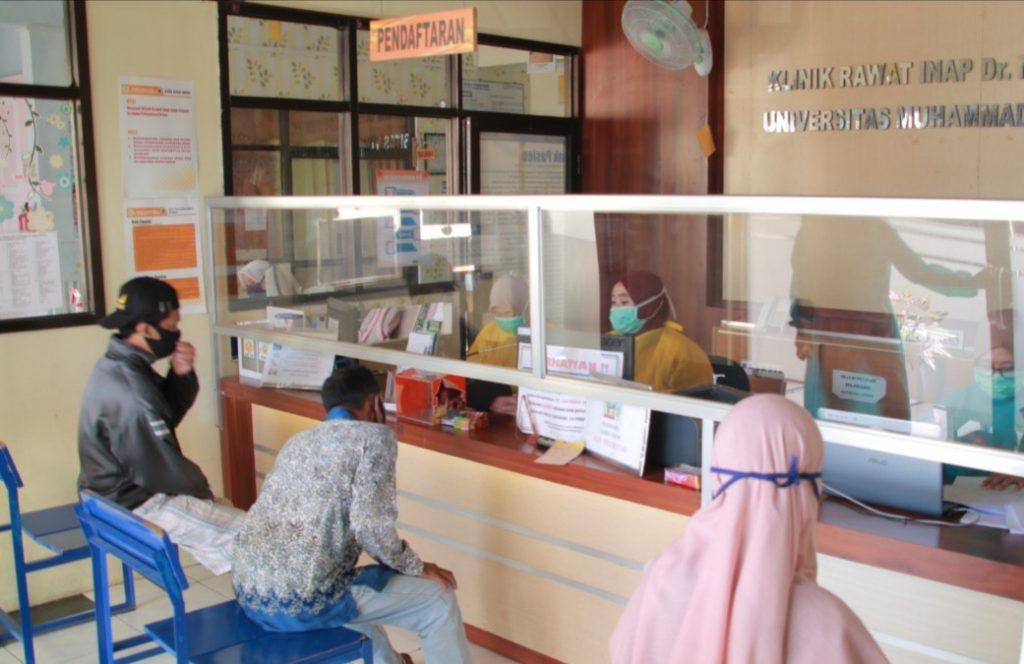 Klinik dr Suherman Perketat Protokol Covid-19. Hal itu disampaikan Direktur Klinik dr M Suherman UM Jember dr Fitriana Putri. Sebab, protokol kesehatan di klinik yang dipimpinnya semakin diperketat.