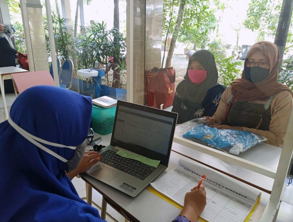 Siswa baru Smamda ambil seragam dengan prosedur Covid-19. Pengambilan seragam siswa baru SMA Muhammadiyah 2 (Smamda) Sidoarjo berlangsung mulai Senin (8/6/2020).