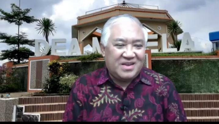 Din Syamsuddin saat menjadi pembicara pada kegiatan Syawalan yang diselenggarakan PC IMM AR Fachruddin Yogyakarta dengan tema Spirit Kebangsaan: Potret dan Problematika Bangsa di Tengah Arus Oligarki (Tangkapan layar Zoom Nely Izzatul/PWMU.CO)
