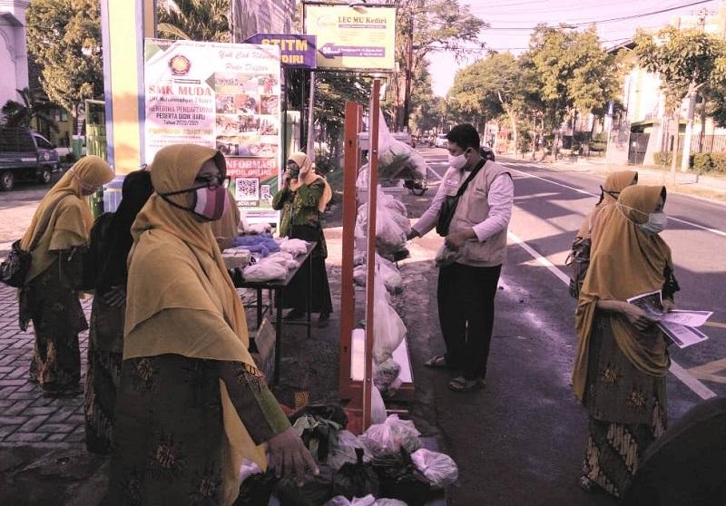 MCCC Kota Kediri menebar kembali 200 paket sayuran dan lauk pauk yang dibagikan gratis pada masyarakat, Jumat (12/6/20) pagi.
