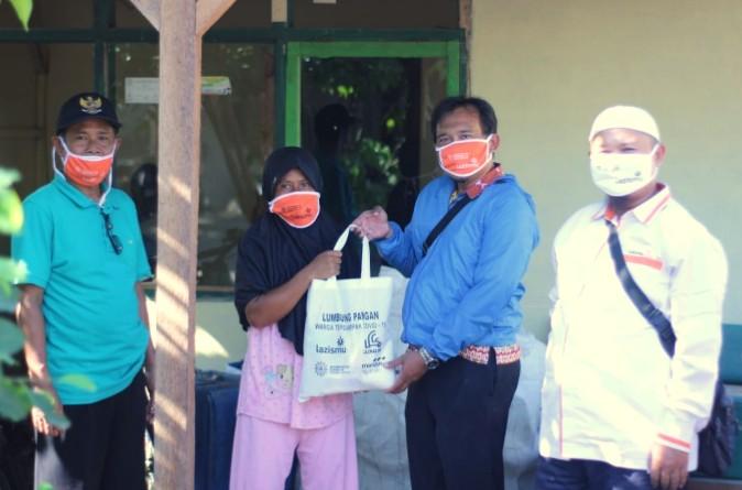 MCCC Lumajang berbagi di TPI Tempursari. Sebanyak 22 paket sembako dibagikan di Dusun Karangmenjangan, Desa Bulurejo, Kecamatan Tempursari, Kamis (11/6/2020).