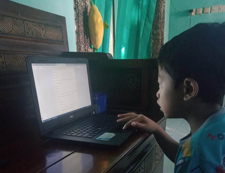 Tinggal klik, siswa MIM 2 Badas mengerjakan ujian PAT. (Luky/PWMU.CO)