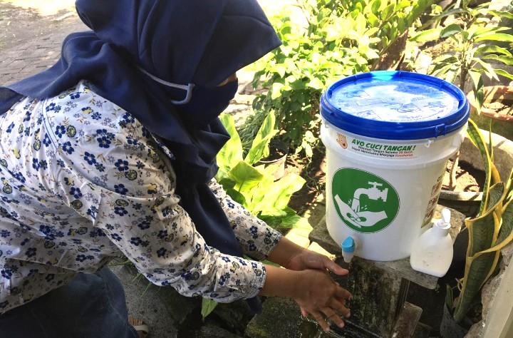 Mahasiswa UMM kreasi wastafel dari barang bekas   untuk warga Lumajang. Wastafel itu dibuat dari barang bekas yakni ember wadah cat yang tak terpakai.