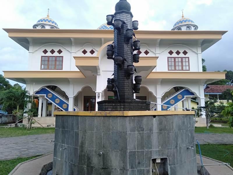 Masjid al-Muttaqin PRM Daun Pulau Bawean, pusat dakwah Muhammadiyah di desa ini.